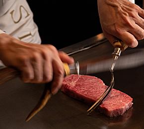 鉄板でシェフが肉を焼いているご利用シーンのイメージ画像
