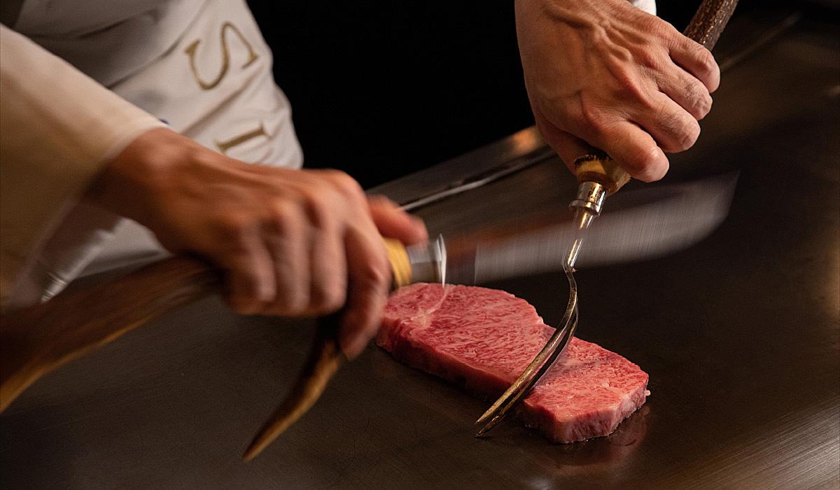 シェフが鉄板でステーキをカットするご利用シーンのイメージ画像